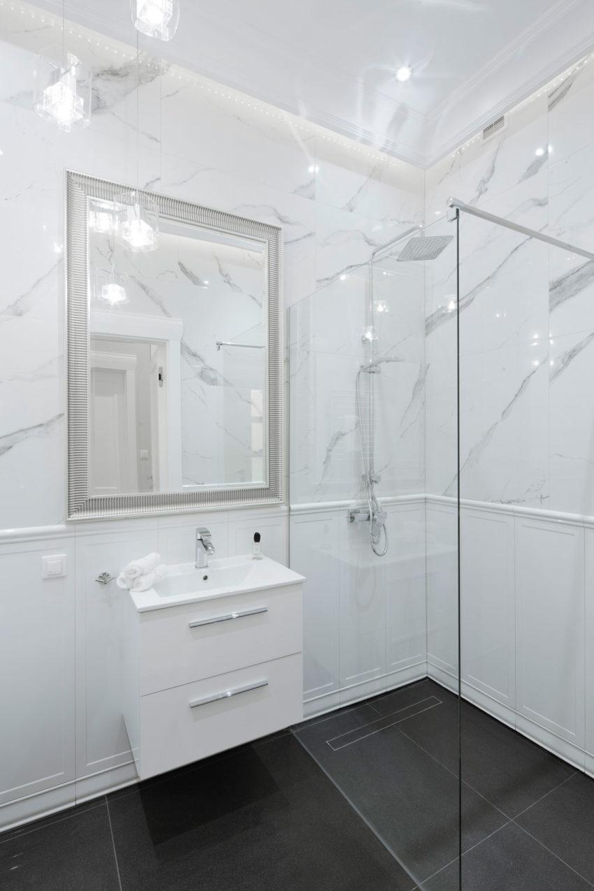 Kleine imposante klassieke badkamer
