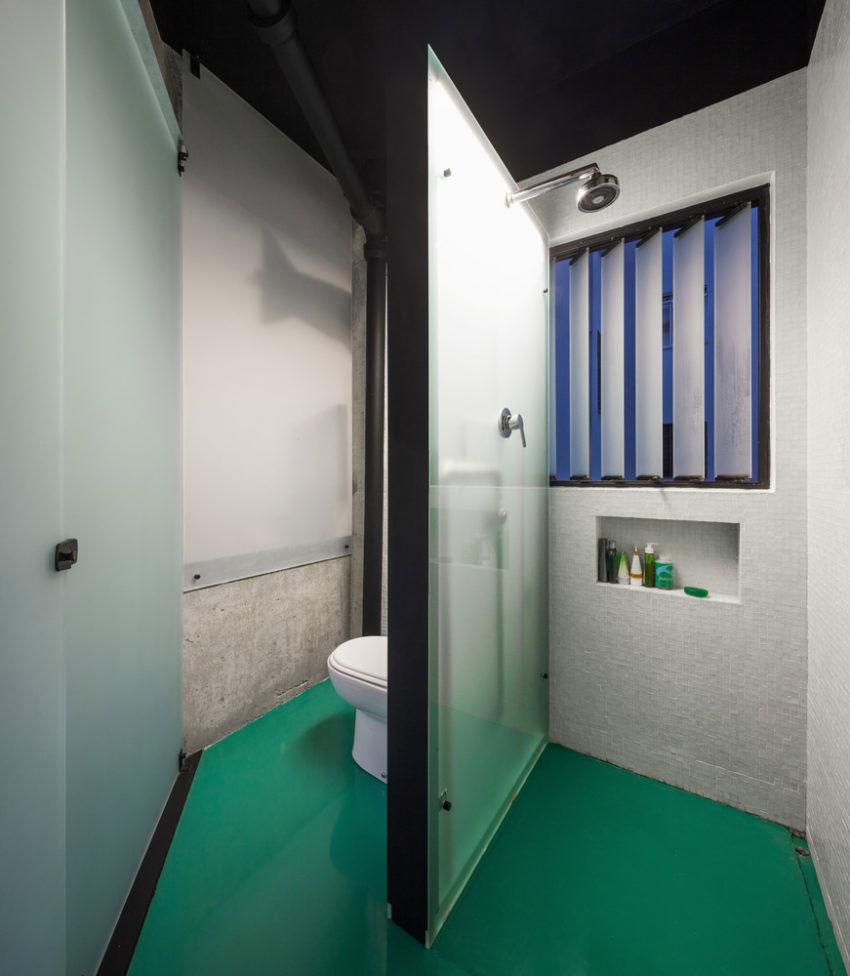 Kleine loft badkamer met groene vloer