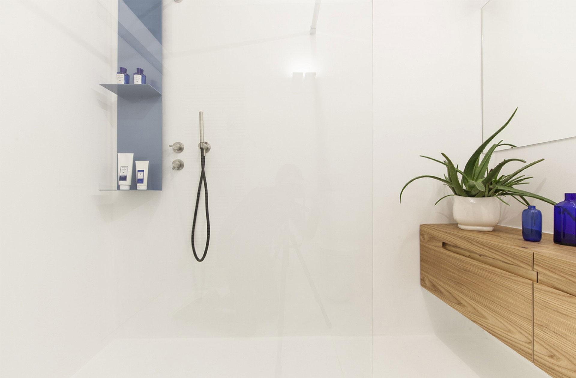 Kleine minimalistisch witte badkamer