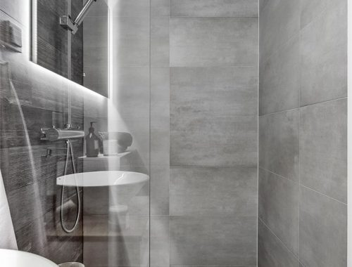 Kleine moderne badkamer met grijze tegels