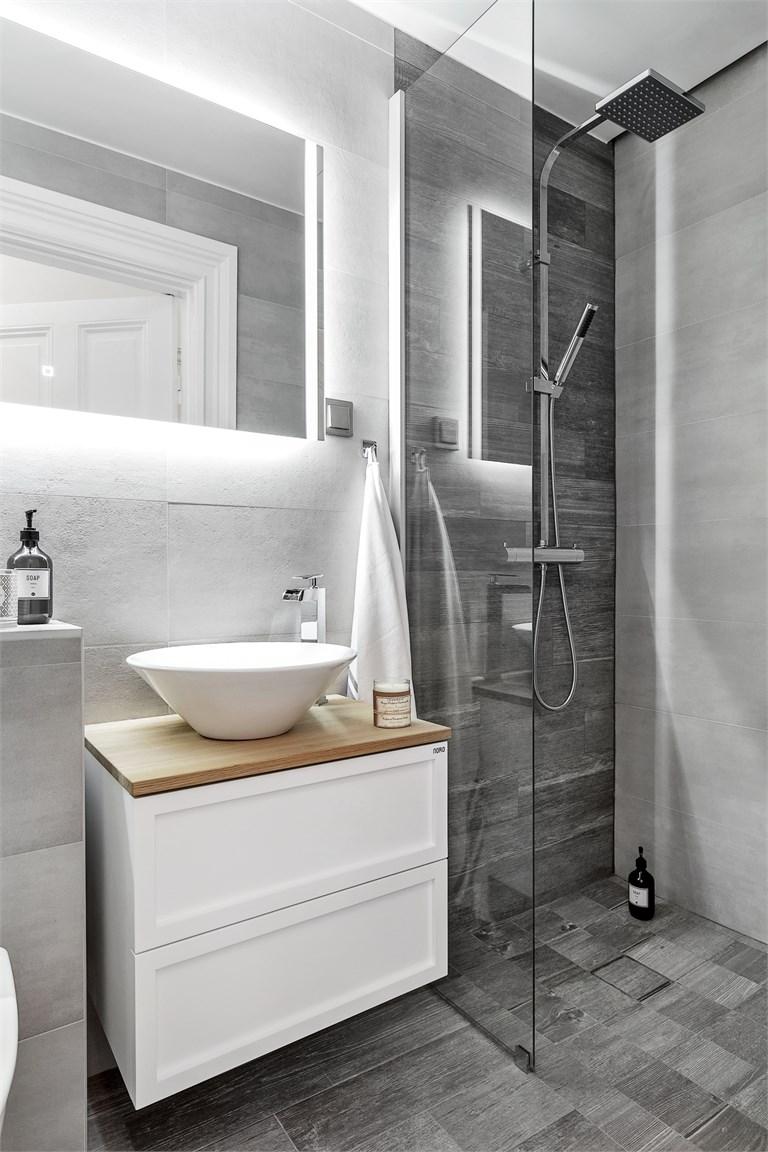Vaak Kleine moderne badkamer met grijze tegels - Badkamers voorbeelden &VT65