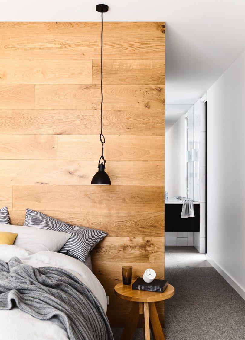 Kleine moderne half open badkamer van master bedroom