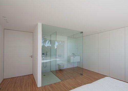 Kleine open badkamer in slaapkamer