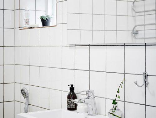 Lichte simplistische kleine badkamer