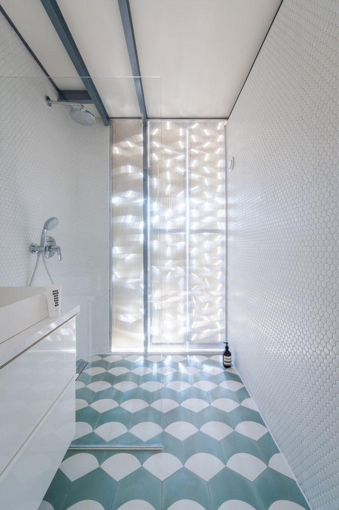 Kleine speelse badkamer met modern retro tintje - Badkamers voorbeelden