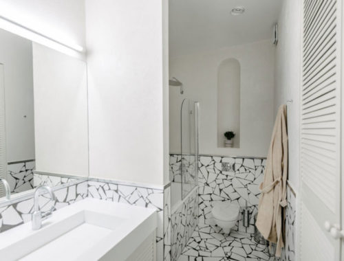 Kleine witte badkamer met mozaïekstenen