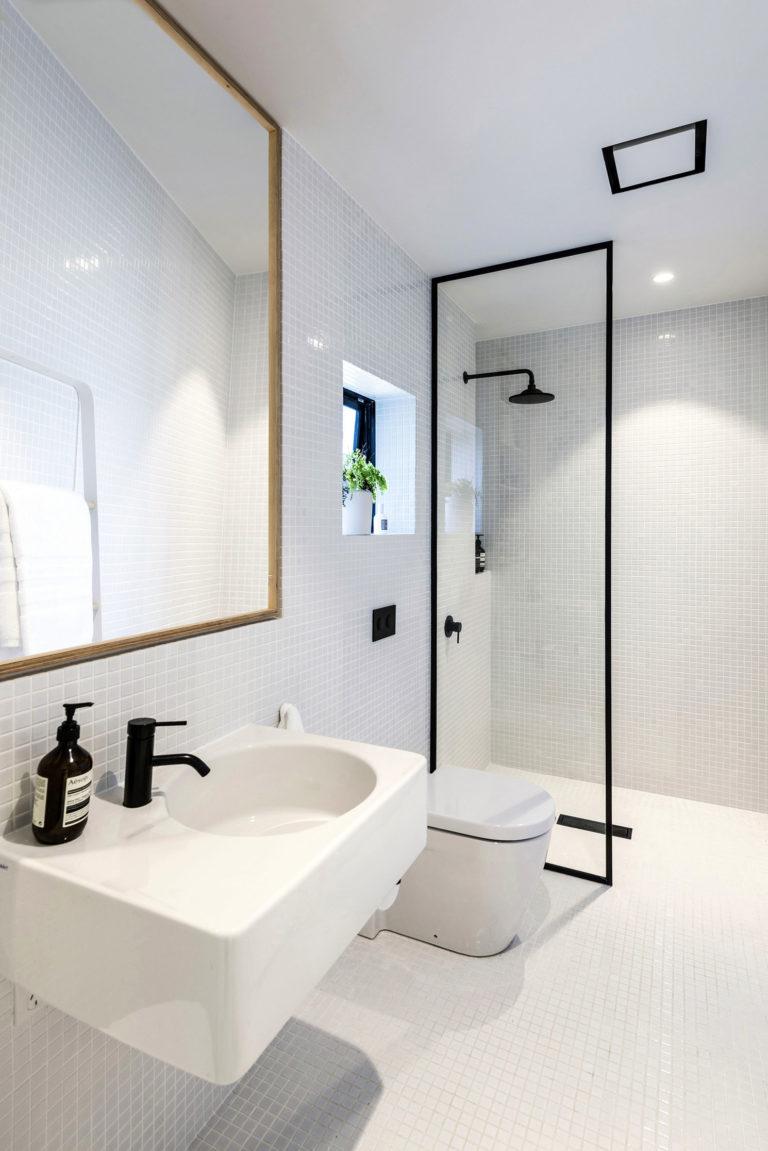 Kleine witte badkamer met zwarte accenten
