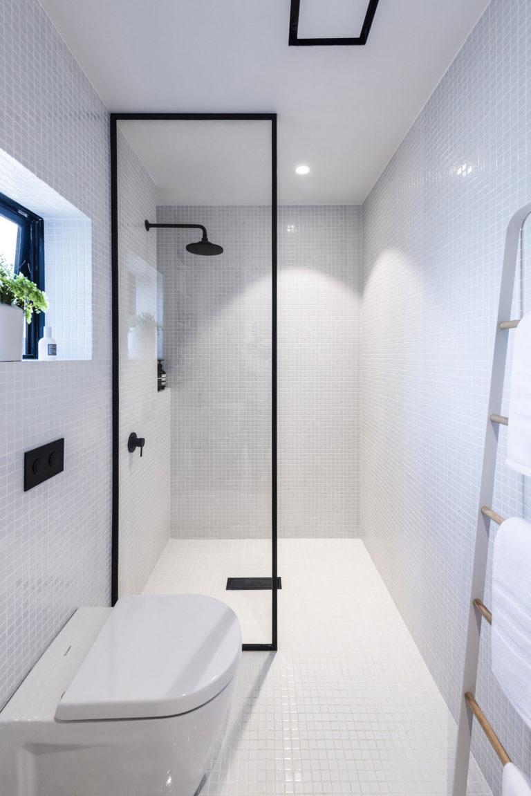 Kleine witte badkamer met zwarte accenten - Badkamers voorbeelden