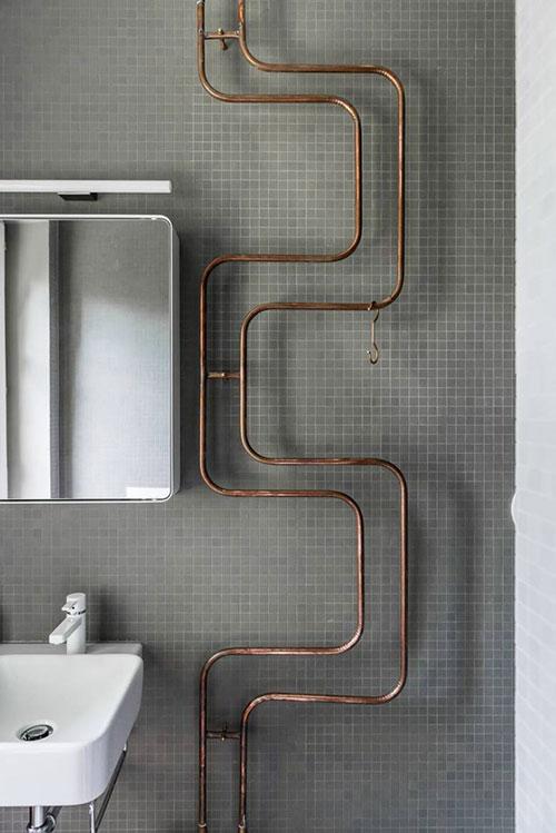 Koperen leidingen in badkamer ontwerp