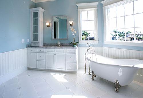 Landelijke badkamer met babyblauwe muur