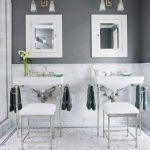 Landelijke badkamer met twee wastafels