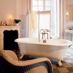 Landelijke badkamer met openhaard