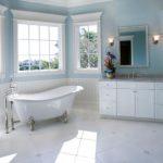 Landelijke badkamer met babyblauwe muren