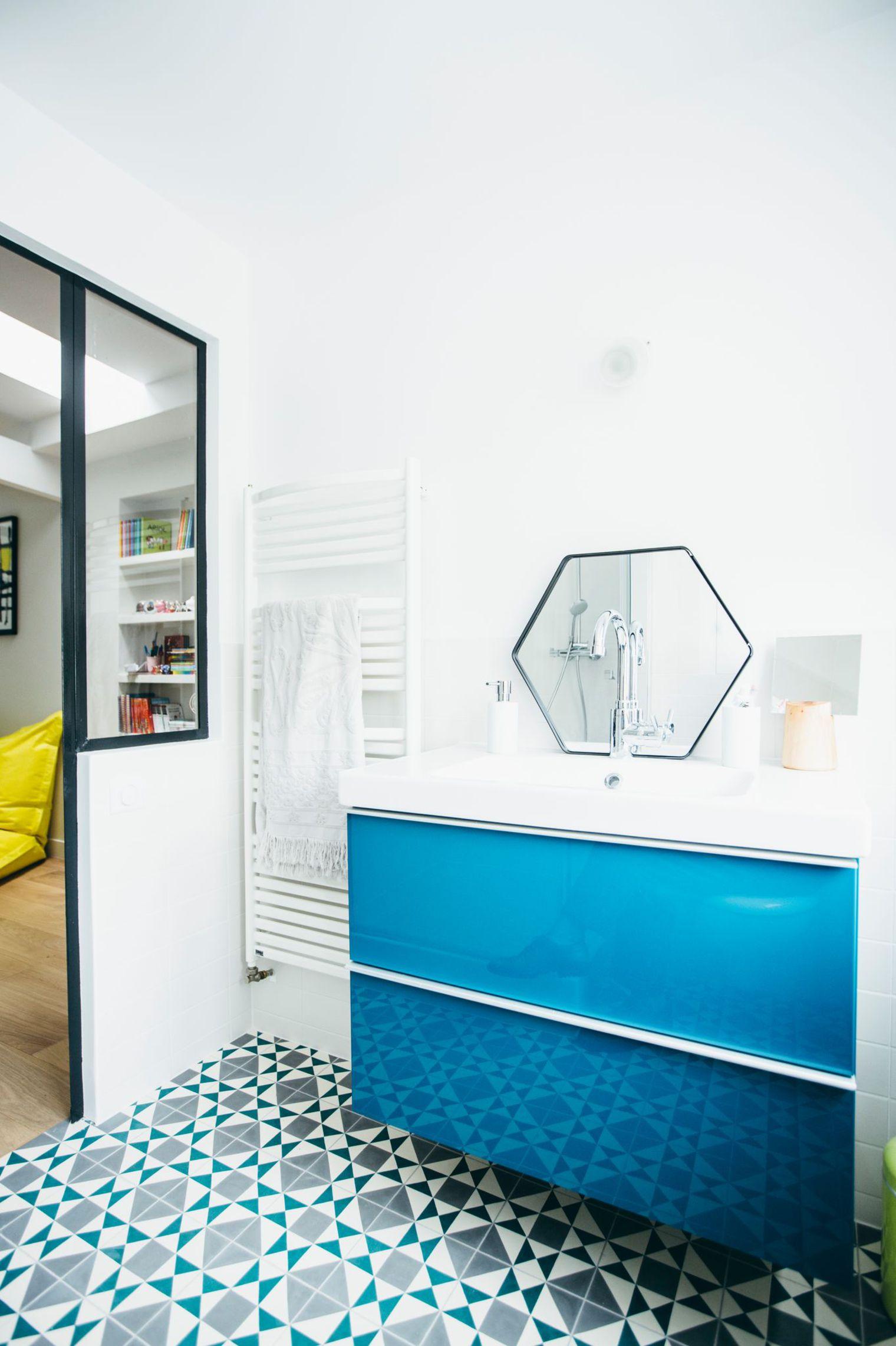 Leuke badkamer en suite met blauwtinten