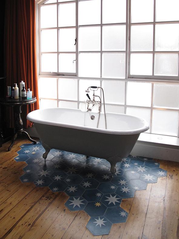 Leuke badkamer van een voormalig pakhuis