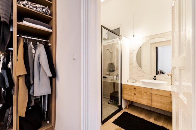 Leuke eigentijdse kleine badkamer