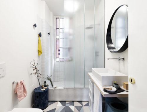 Leuke kleine badkamer met vrolijke moderne details