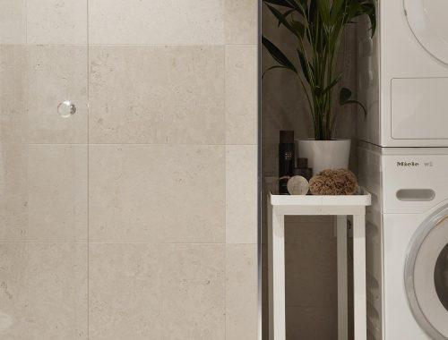 Lichtbeige tegels in kleine luxe badkamer