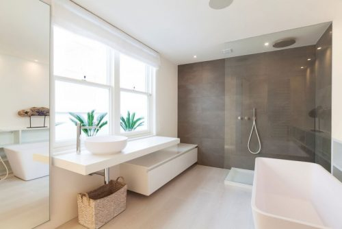 Badkamers voorbeelden » Lichte badkamer met design elementen