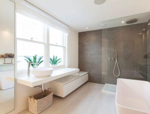 Lichte badkamer met design elementen