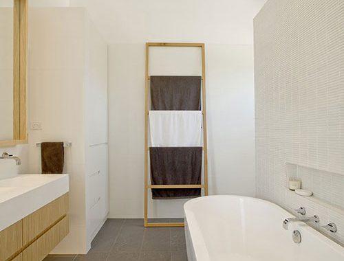 Lichte badkamer met houten elementen