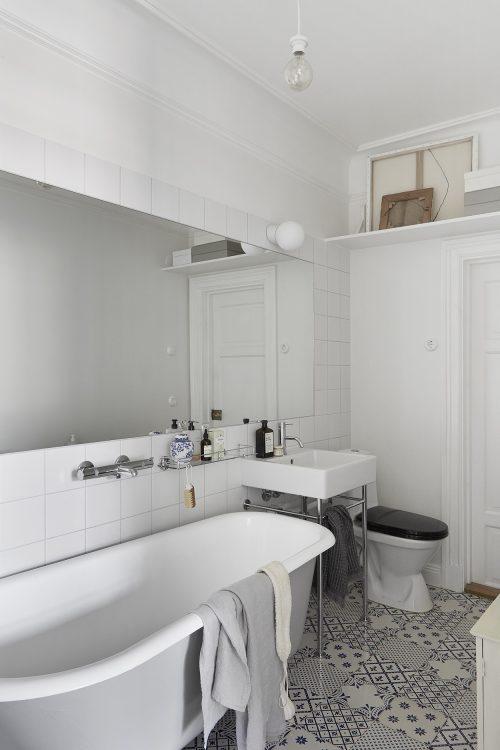 Lichte badkamer met een wit blauwe patchwork tegelvloer badkamers voorbeelden - Tegelvloer badkamer ...