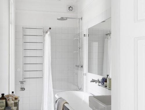 Lichte badkamer met een wit blauwe patchwork tegelvloer