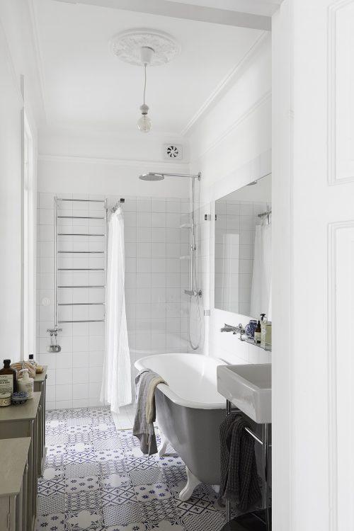 Lichte badkamer met een wit blauwe patchwork tegelvloer - Badkamers ...