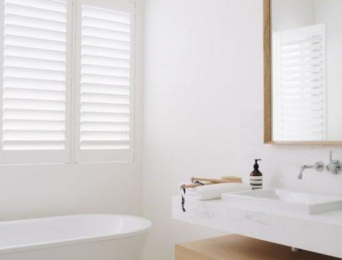 Lichte badkamer met shutters