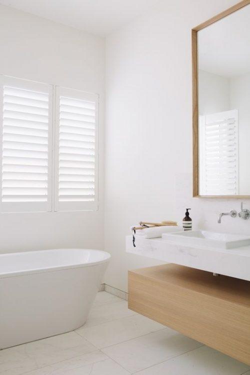 Lichte badkamer met shutters - Badkamers voorbeelden