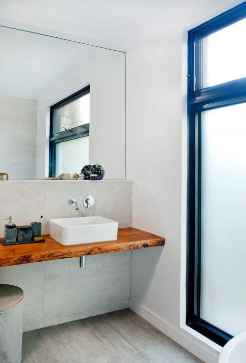 Badkamers voorbeelden » Lichte badkamer met rustieke houten planken