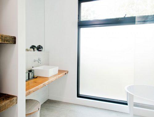 Lichte badkamer met rustieke houten planken
