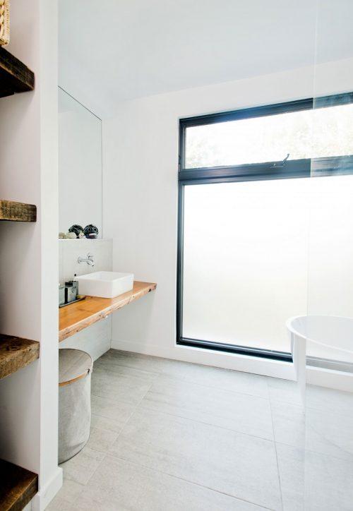Lichte badkamer met rustieke houten planken - Badkamers voorbeelden