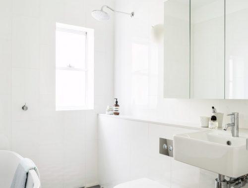 Lichte badkamer met zeshoekige vloertegels
