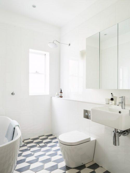 Badkamers voorbeelden » Lichte badkamer met zeshoekige vloertegels