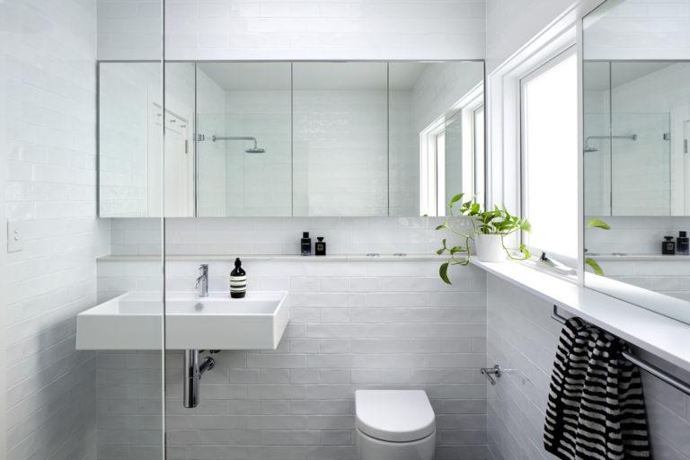 Lichte, minimalistische badkamer door Downie North Architects