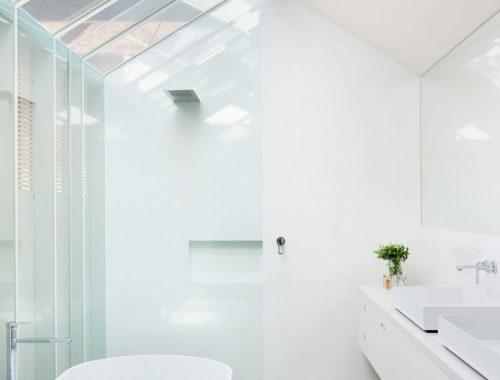 Lichte moderne serre badkamer