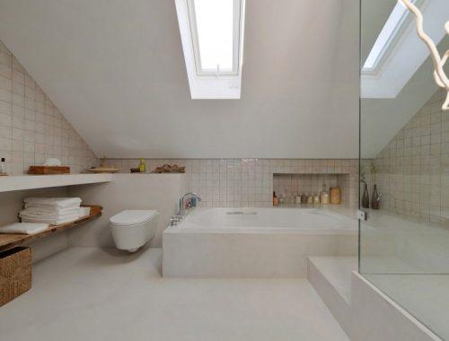 Lichte Portugese badkamer