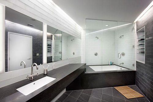 Loft badkamer met schuine muur