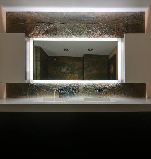 Luxe badkamer met een donker kleurenpalet
