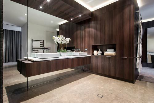 Luxe badkamer met donkerbruine eiken hout