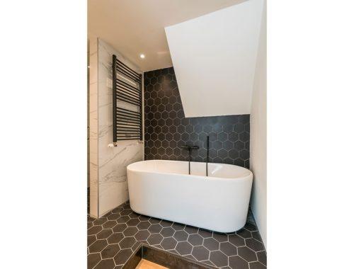 Luxe badkamer en suite in souterrain