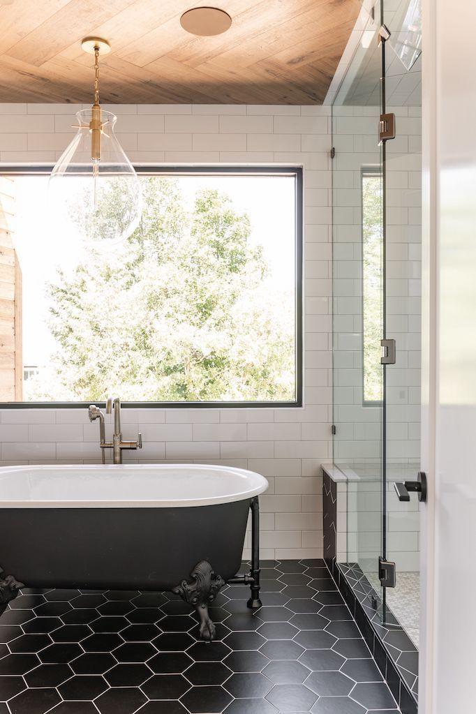 In deze luxe badkamer hebben ze hexagontegels met een visgraat houten plafond gecombineerd!