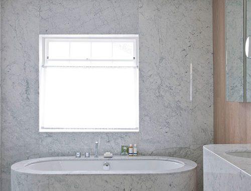 Luxe badkamer van hout en marmer