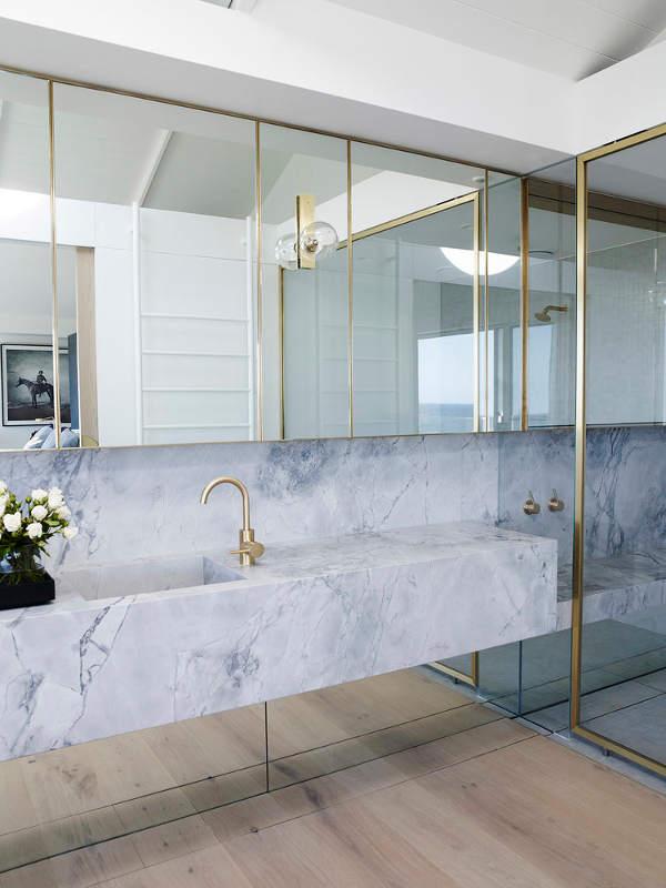 Luxe badkamer met hout, marmer en goud - Badkamers voorbeelden
