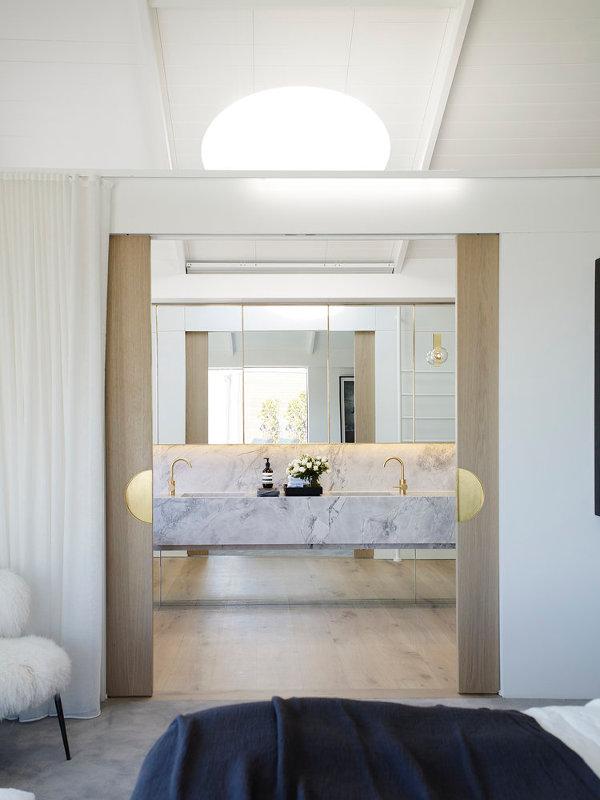 Luxe badkamer met hout, marmer en goud