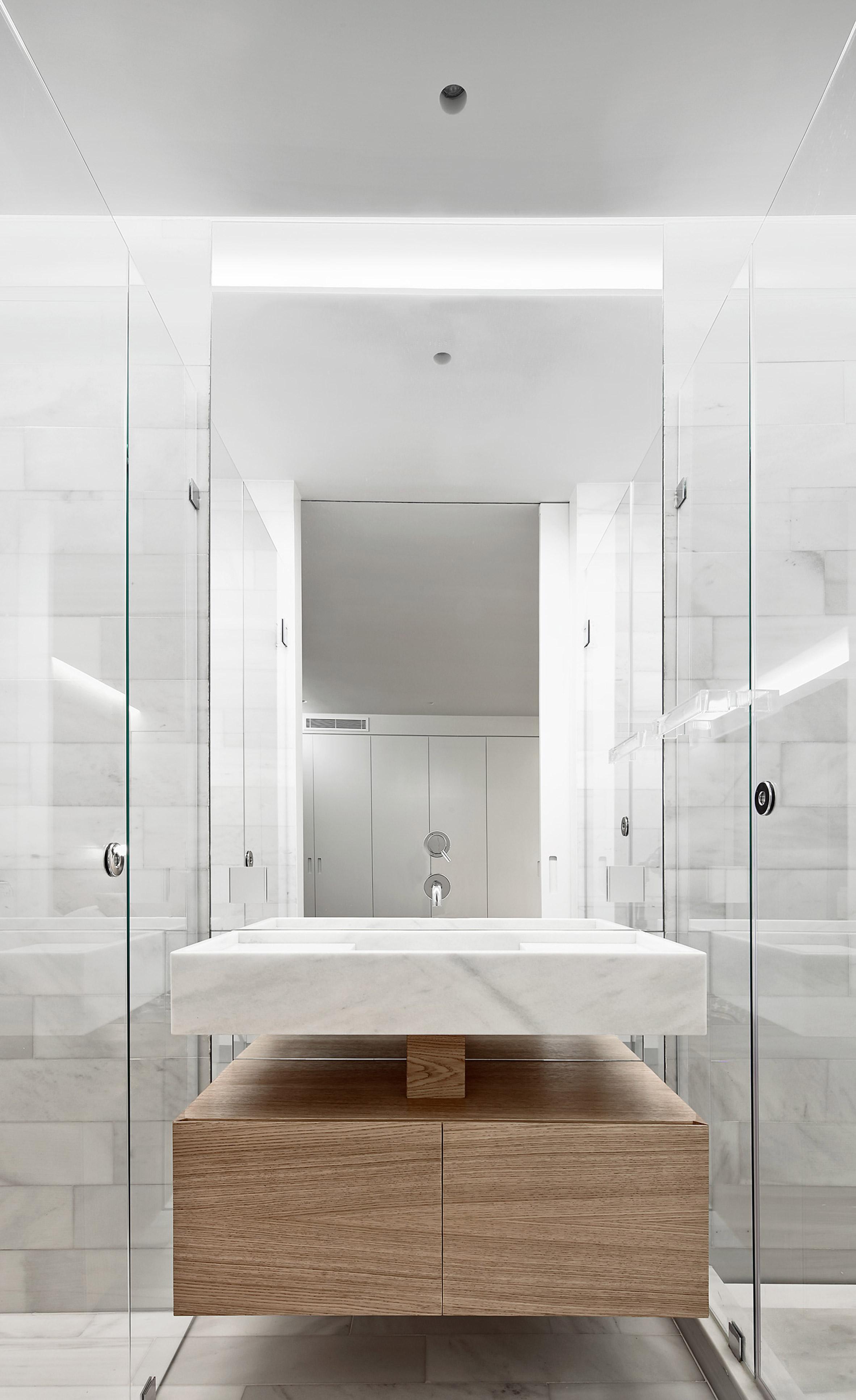 Luxe badkamer met marmer glas en hout badkamers voorbeelden - Luxe marmer ...