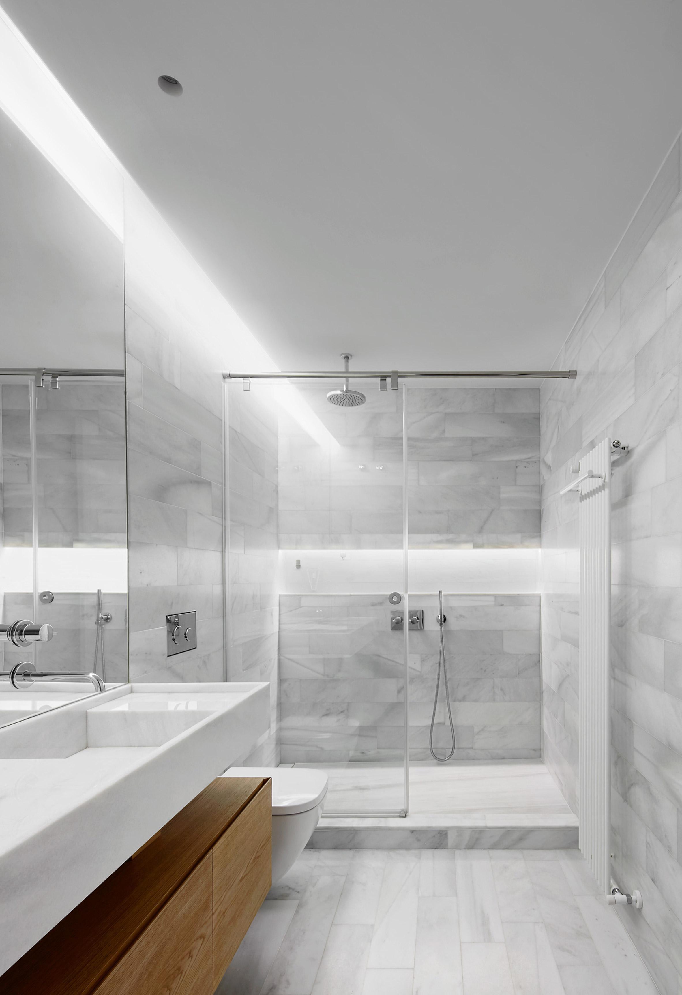 Luxe badkamer met marmer, glas en hout