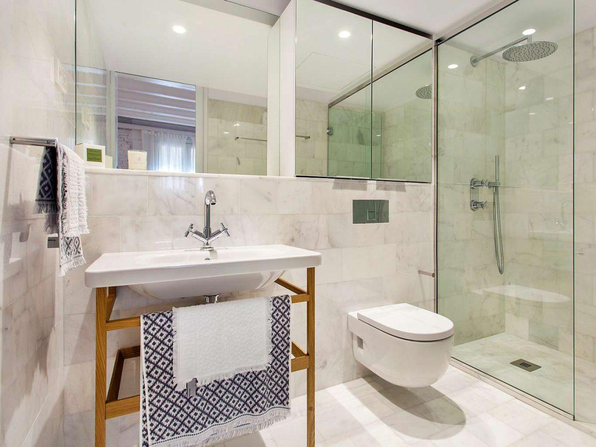 luxe-badkamer-met-marmeren-vloer-en-muren
