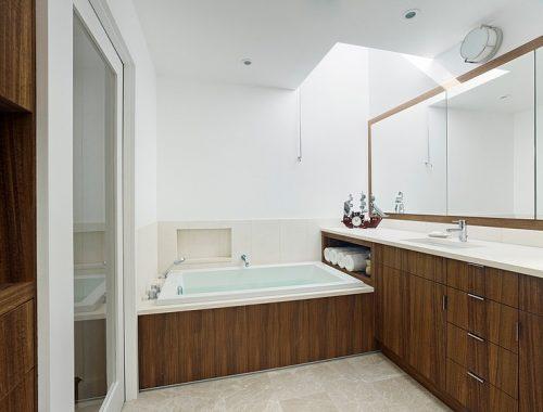 Luxe badkamer met mooie eiken houten accenten